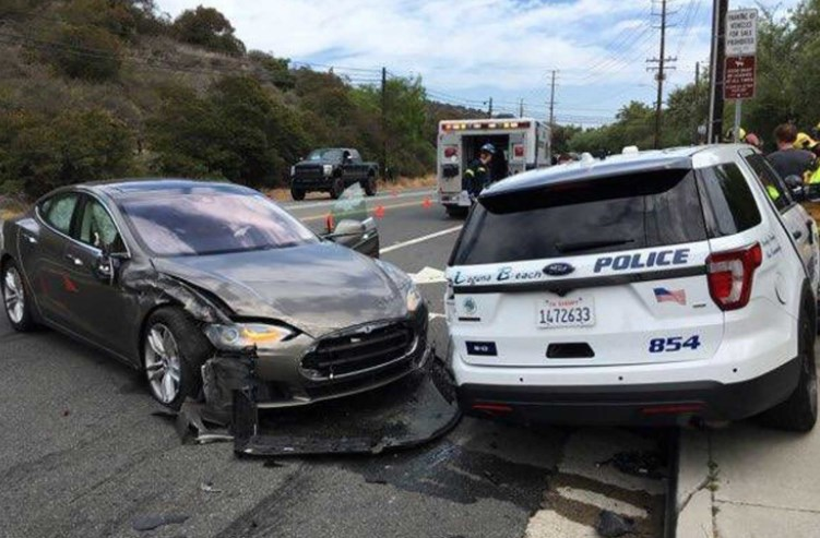 Tesla в режиме автопилота «напала» на полицию