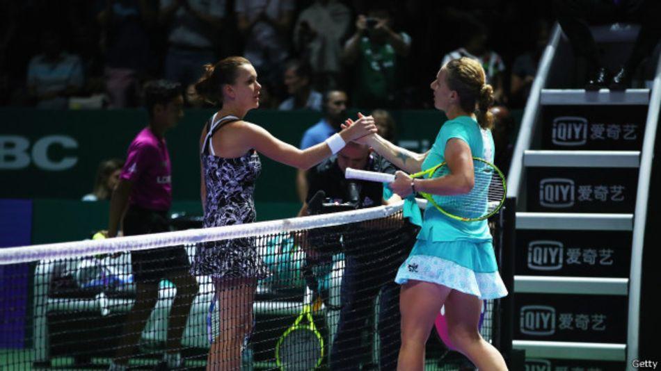 Российская теннисистка Кузнецова обрезала косу во время матча