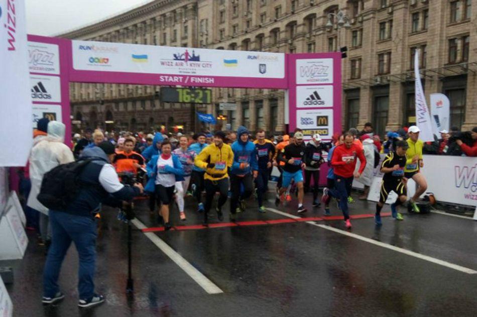 Не испугались дождя: в Киеве прошел марафон