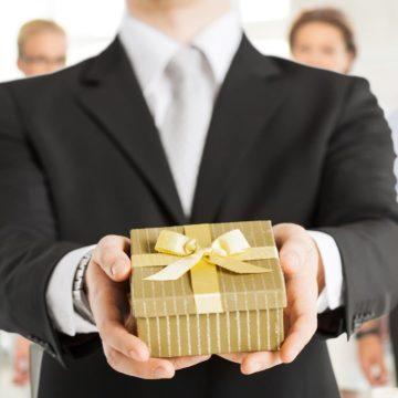Каким должен быть уместный подарок мужчине-начальнику
