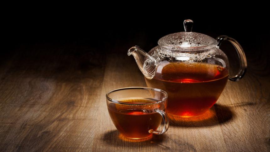 Стоит ли пить чай во время жары